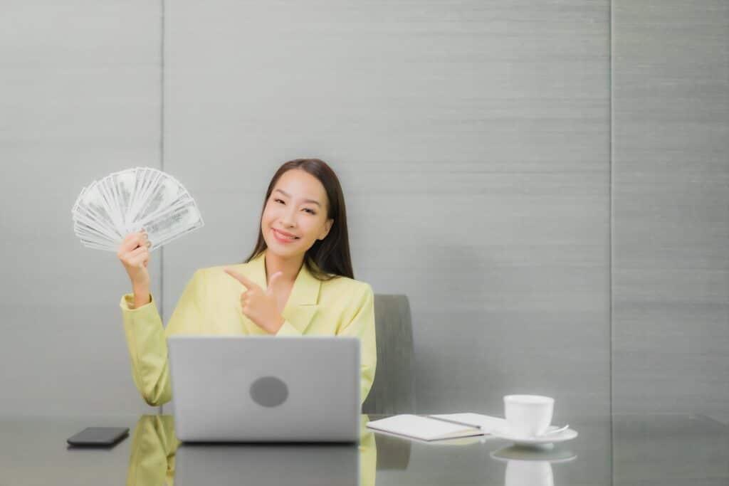 donna con soldi