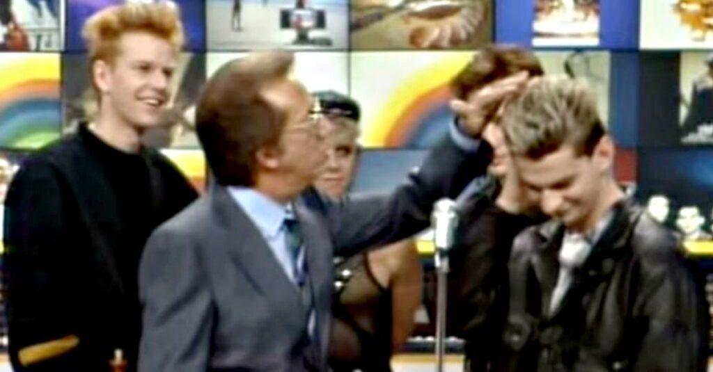 Mike tocca i capelli di Dave Gahan